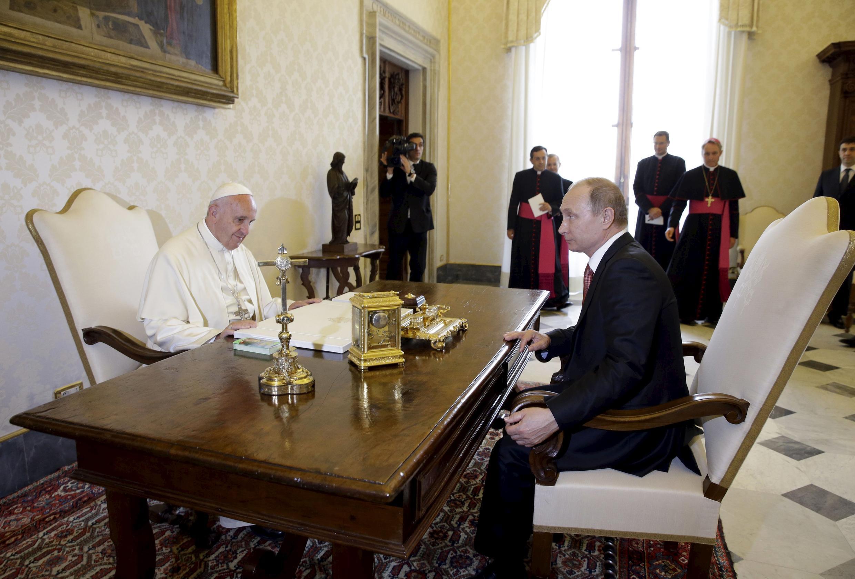 Đức Giáo Hoàng Phanxicô (T) tiếp Tổng thống Nga Vladimir Putin, tại Tòa Thánh Vatican, 10/06/2015