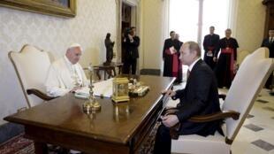 Tổng thống Nga Vladimir Putin và Giáo hoàng Phanxicô nói chuyện riêng tại Tòa Thánh Vatican, 10/06/2015.