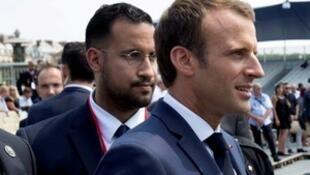 President Emmanuel Macron junto a Alexandre Benalla durante el desfiles dle 14 de julio de 2018.
