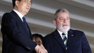 Le président chinois Hu Jintao (à gauche) serre la main de son homologue brésilien, Luiz Inacio Lula da Silva, lors du sommet du BRIC à Brasilia le 15 avril 2010.