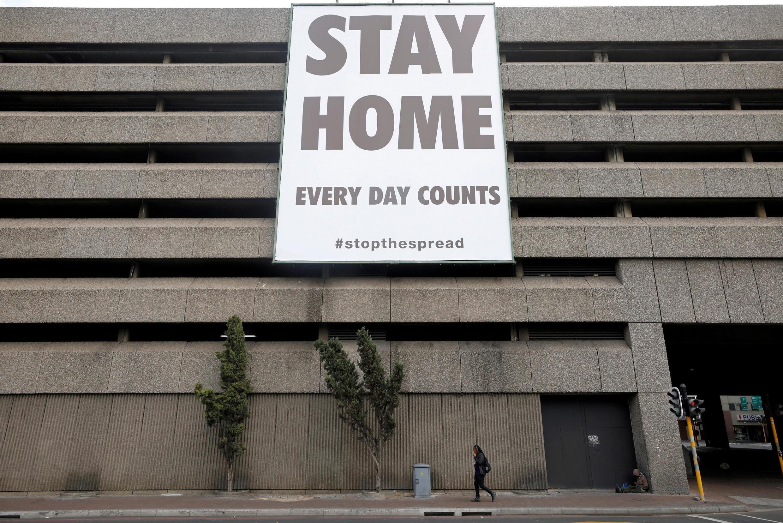 Une affiche géante incite les Sud-Africains à rester chez eux à Cape Town, le 6 avril 2020.
