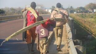 Crianças numa ponte em Moçambique