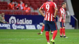El delantero uruguayo del Atlético de Madrid, Luis Suárez, se lamenta tras el segundo gol del Levante durante su encuentro del 20 de febrero de 2021