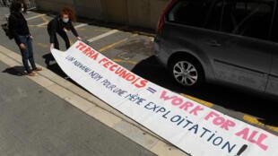 Une banderole installée devant le tribunal de commerce de Marseille, à l'ouverture du procès de Terra Fecundis, le 17 mai 2021.