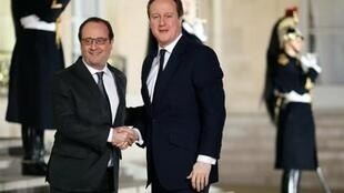 François Hollande akimpokea Waziri Mkuu wa Uingereza David Cameron katika Ikulu ya Elysée, Februari 15, 2016.