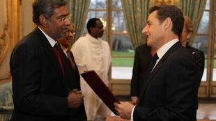 Sri Lankan Ambassador Dayan Jayathillakar presents his credentials to President Nicolas Sarkozy