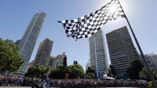 Le départ du Dakar 2014, sixième course sur le continent latino-américain, est donné de Rosario, la deuxième ville argentine. Quatre titres sont en jeu : auto, moto, camion et quad.
