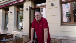 Уве Дзюбалла, владелец ресторана «Шалом» в Хемнице, разромленного во время акции ультраправых