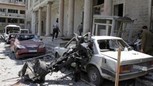 Seguranças patrulham a região do prédio do ministério do Interior, em Damasco, nesta terça-feira, dia 30 de abril, depois do atentado que deixou ao menos 13 mortos e 70 feridos.
