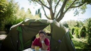 Ester y Armando tuvieron que dejar a sus hijos y su casa para venir a trabajar a Francia.
