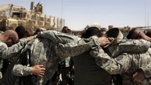 Dans la base de Kandahar en Afghanistan, des soldats américains prient avant de partir en mission, le 1er septembre 2010.