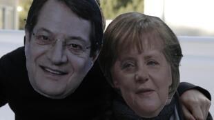 Манифестанты в масках Ангелы Меркель и Никоса Анастасиадиса в Никосии 18/03/2013