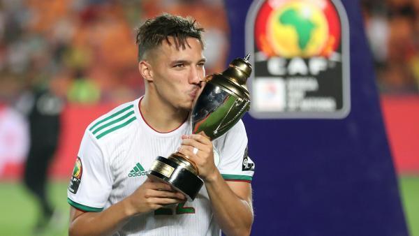 Ismaël Bennacer avec le trophée de Meilleur joueur de la CAN 2019.