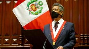 El presidente interino de Perú, Francisco Sagasti, asiste a su ceremonia de juramento, en Lima, Perú, el 17 de noviembre de 2020.