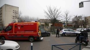 Entrada da Escola francesa onde um professor foi ferido com um estilete e uma tesoura nesta segunda-feira, 14.