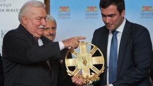 Лех Валенса вручает награду Павлу Ходорковскому 29 сентября 2013, Гданьск, Польша