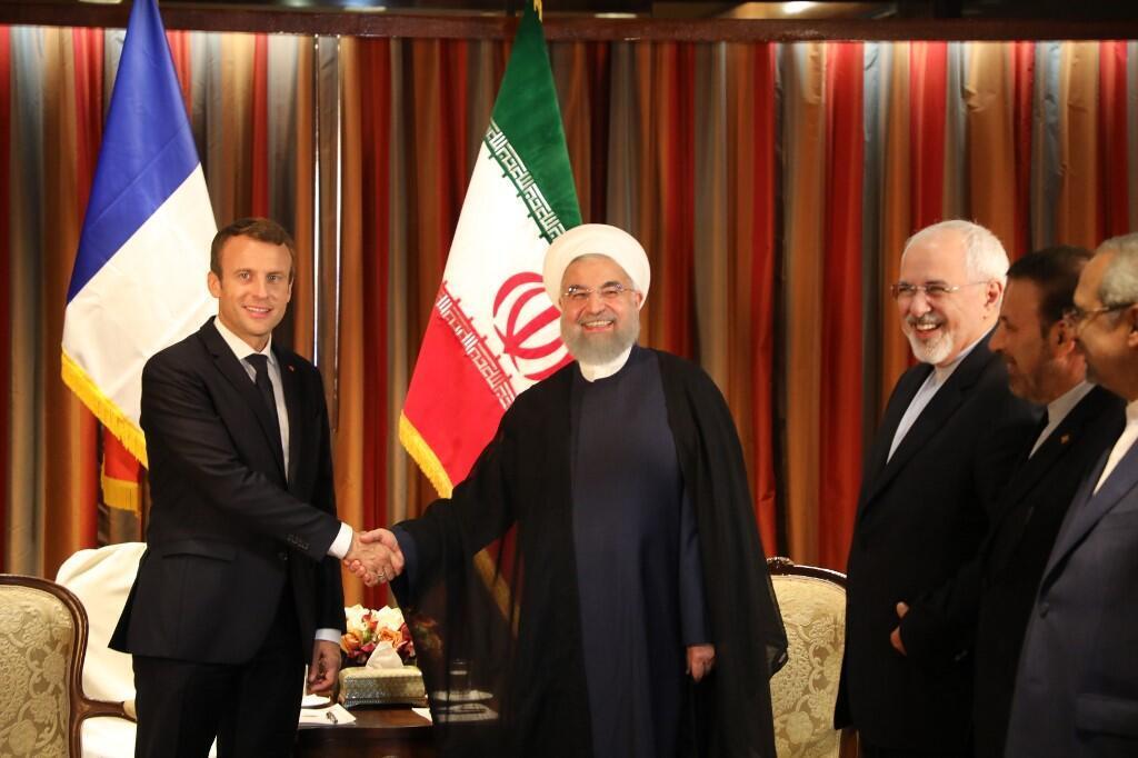 Tổng thống Pháp Emmanuel Macron (T) bắt tay đồng nhiệm Iran Hassan Rohani trong cuộc gặp tại khách sạn Millennium, New York, Mỹ, ngày 18/09/2017