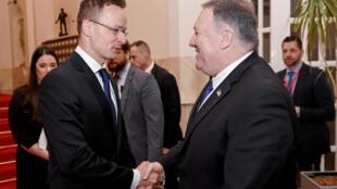 Le secrétaire d'Etat américain Mike Pompeo reçu par le ministre des Affaires étrangères et du Commerce hongrois, Peter Szijjarto à Budapest, en Hongrie, le 11 février 2019.