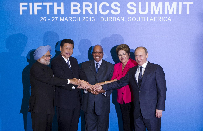Viongozi wanaounda muungano wa kiuchumi wa BRICS wakiwa kwenye picha ya pamoja mjini Durban, Afrika Kusini wanakoendelea na mkutano wao