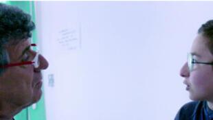 À Lampedusa, le docteur Pietro Bartolo soigne un enfant migrant. Tiré du documentaire Fuocoamare, 21 productions, Stemal entertainement, Les Films d'Ici, Arte France (utilisé par F24 en 2016).
