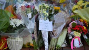 Tributos florales depositados el 23 de junio de 2020 en memoria de las víctimas del ataque con cuchillo en Reading, al oeste de Londres