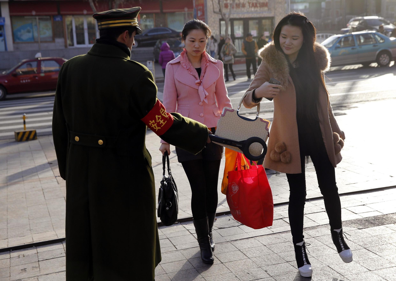 Nhân viên an ninh đứng canh gác trên đường phố ở Urumqi, khu tự trị Tân Cương, 17/11/2013