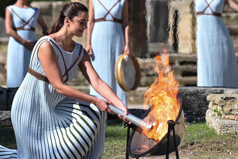 La flamme olympique est allumée par l'actrice grecque Xanthi Georgiou, durant la cérémonie sur le site historique d'Olympe, le 18 octobre 2021
