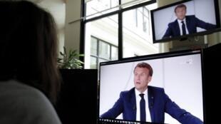 L'interview d'Emmanuel Macron, le 14 juillet, diffusée sur plusieurs écrans.