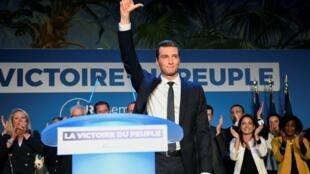 Le candidat du Rassemblement national, Jordan Bardella, prononce son discours de victoire aux élections européennes, le 26 mai 2019 à Paris.