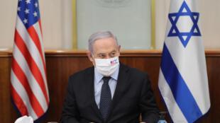 Benjamin Netanyahu, con mascarilla, durante una reunión en su oficina con el representante especial de EEUU para Irán, el 30 de junio de 2020 en Jerusalén