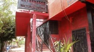 Entrée du bar-restaurant bamakois La Terrasse, où cinq personnes ont trouvé la mort dans la nuit de vendredi à samedi dans une fusillade.
