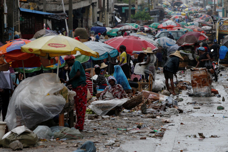 Comércio de rua no Haiti pouco antes da chegada do furacão Matthew