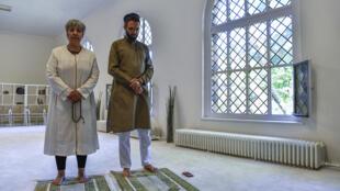 L'avocate germano-turque Seyran Ates, aux côtés de l'imam Ludovic-Mohamed Zahed, un Français ouvertement homosexuel, au sein de la mosquée Ibn Rushd-Goethe, à Berlin, le 28 juillet 2017.