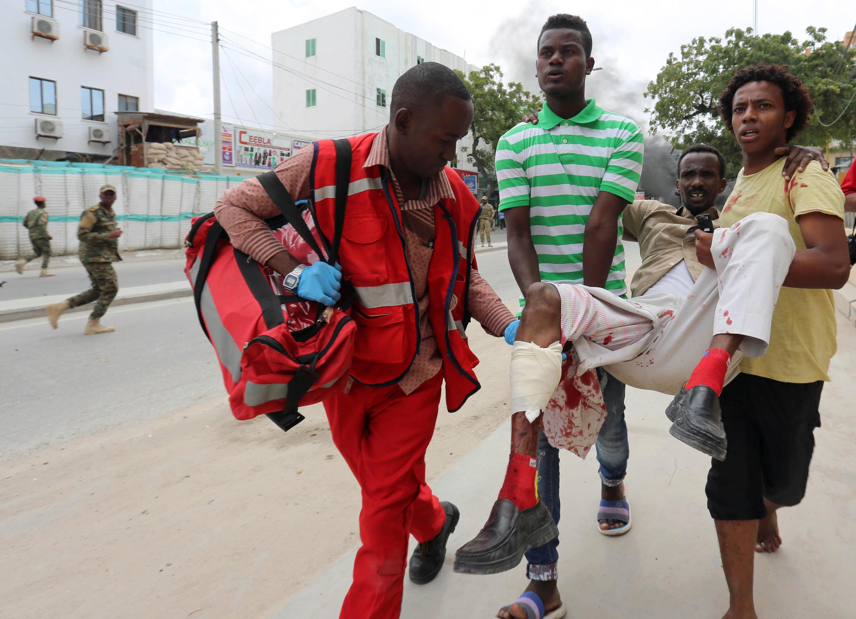 Les secours évacuent les blessés après l'attaque le 30 juillet 2017.