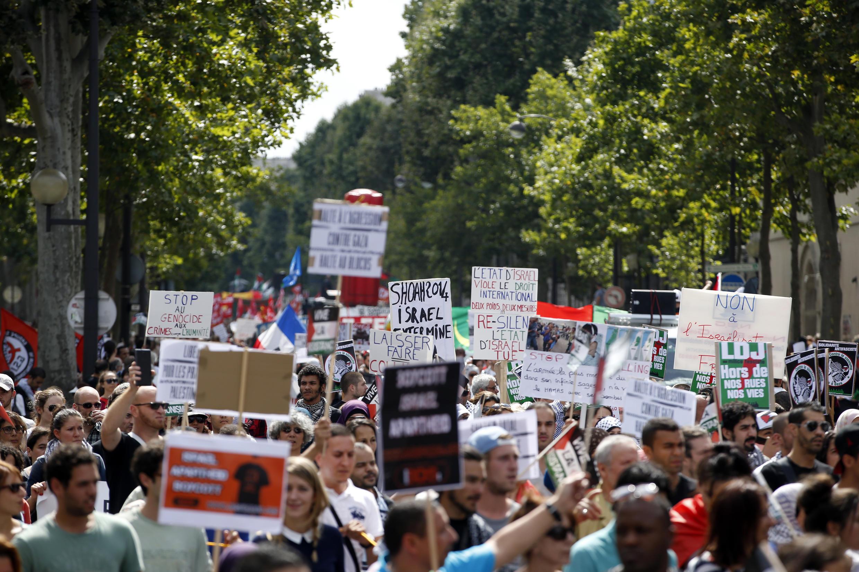 Des manifestants dans les rues de Paris contre les opérations militaires israéliennes à Gaza et en solidarité avec le peuple palestinien, le 2 août 2014.