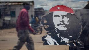Sur un taxi à Luvungi, le 25 mars 2015, un autocollant du Che Guevara. Il est dépêché en 1965 par Fidel Castro au Congo avec une centaine de combattants pour appuyer la rébellion Simba.