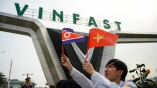 Một thanh niên Việt Nam đón phái đoàn Bắc Triều Tiên trước cửa nhà máy Vinfast, 27/02/2019.