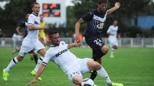 Antar Yahia avec le maillot d'Angers lors d'un match amical contre Bordeaux en juillet dernier.