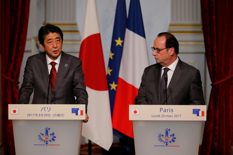 Tổng thống Pháp Francois Hollande và thủ tướng Nhật Shinzo Abe tại điện Elyséee ngày 20/03/2017.