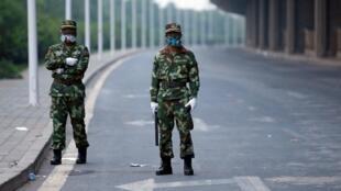 Askari polisi wakitoa ulinzi kwenye barabara inayoelekea kwenye eneo la makazi wanakohamishwa wakaazi wa mji wa Tianjin.