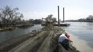 De grands travaux de reconstruction ont dû être entamés après les ruptures de digues, à La Nouvelle-Orléans, suite au passage de l'ouragan Katrina.