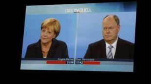 Duel télévisé entre la chancelière allemande Angela Merkel (g) et le candidat du SPD, Peer Steinbrueck (d), le 1er septembre 2013.