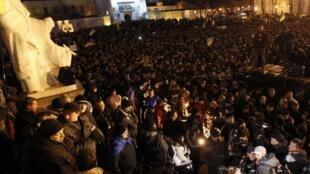 Les partisans ukrainiens de l'UE réunis devant la cathédrale du monastère Mikhailovski, le 30 novembre 2013.