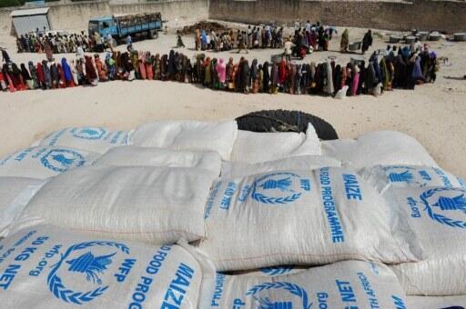 Programa Alimentar Mundial distribui sacos de comida a mil pessoas por dia na Somália.