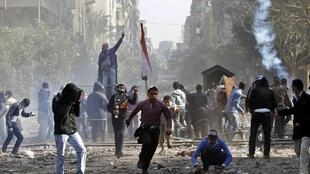 Protesters clash with riot police near Tahrir Square in Cairo, 23 November, 2011
