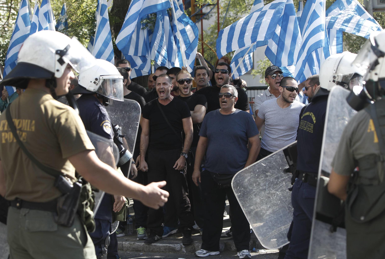 Manifestation de militants du groupe néonazi Aube dorée devant le siège de la police à Athènes, le 28 septembre 2013.
