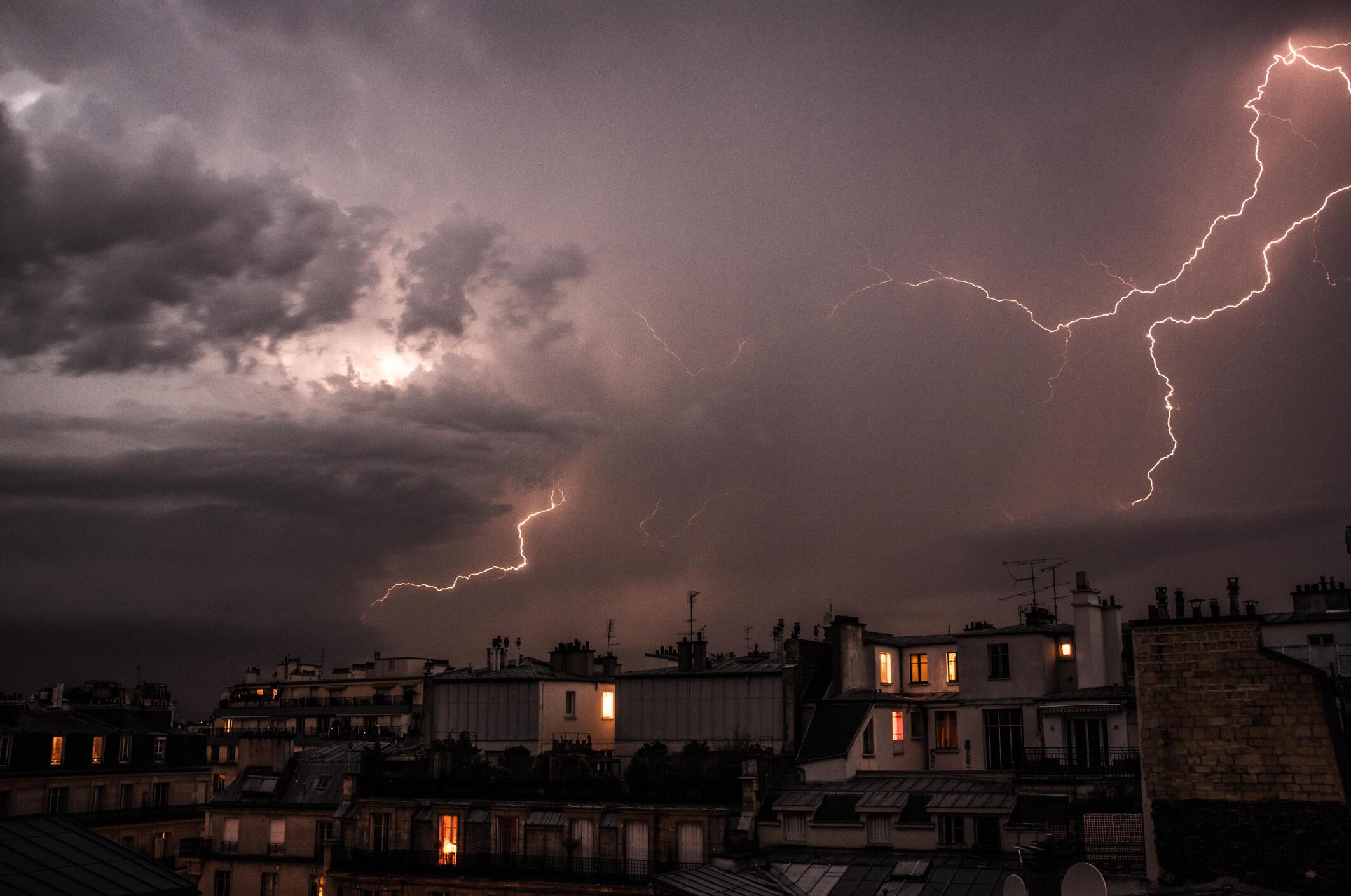 Tempestades colocam a França em estado de alerta. Nesta foto, um raio atinge a capital neste sábado (27).