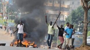 De jeunes sympathisants de Cellou Dalein Diallo brûlent des pneus dans Conakry, le 15 novembre 2010.