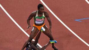 L'Ivoirienne Murielle Ahouré déséquilibrée par l'Américaine Tori Bowie.