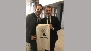 O desenhista Jul presenteia o presidente Emmanuel Macron com uma camiseta que denuncia a violência policial. Angoulême, França, 30/01/2020.